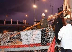 Presiden Jokowi meninjau Kapal Terapung Pembangkit Listrik, di Pelabuhan Laut Bolok,  Kupang Barat, NTT, Rabu (28/12) petang. (Foto: Laily/Setpres)