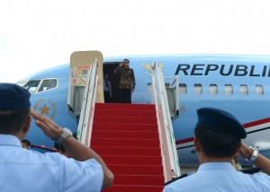 Presiden Jokowi memberikan tanda hormat sebelum bertolak untuk kunjungan kerja ke Bali dengan Presiden Kepresidenan Indonesia-1, dari Bandara Halim Perdanakusuma, Jakarta, Rabu (7/12) siang.