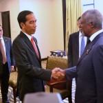 Presiden Jokowi menerima kunjungan mantan Sekjen PBB Kofi Annan, di Balin International Convention Center, Bali, Kamis (8/12) pagi. (Foto: Rahmat/ Humas)