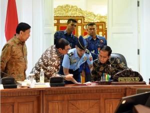 Presiden Jokowi bersama Seskab dan Menko Polhukam memperhatikan sebuah dokumen sebelum Sidang Kabinet Paripurna, di Kantor Presiden, Jakarta, Rabu (7/12) siang. (foto: Agung/Humas)