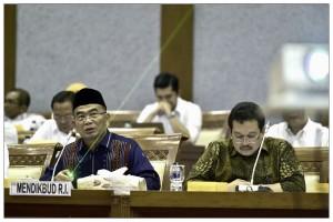 Mendikbud Muhadjir Effendy saat menghadiri rapat kerja dengan Komisi X DPR RI, di Jakarta, Kamis (1/12).