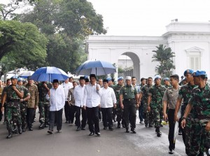 Presiden Jokowi didampingi Wapres Jusuf Kalla dan sejumlah menteri meninggalkan Istana Kepresidenan menuju Lapangan Monas, untuk salat Jumat bersama peserta doa damai, Jumat (2/12) siang. (Foto: Setpres)