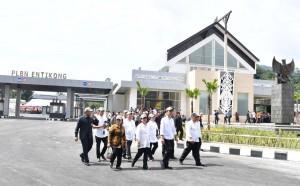 Presiden Jokowi didampingi Ibu Negara Iriana dan sejumlah menteri meninjau 'wajah baru' PLBN Entikong, Kalbar, yang diresmikannya Rabu (21/12) siang. (Foto: Laily/Setpres)