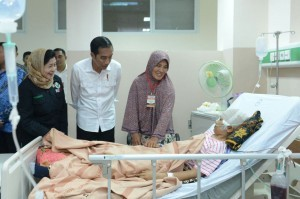 President Jokowi visits one of the earthquake victims in Pidie Jaya, on Thursday (8/12). (Photo: BPMI/Kris)