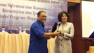 Dirut LPP RRI M. Rohanudin menyerahkan plakat kepada Dirjen Informasi dan Komunikasi Publik Kominfo, Niken Widiastuti, di Jakarta, Rabu (14/12) pagi. (Foto: Rahmi/Humas)