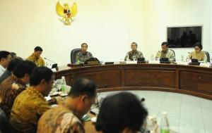 Presiden Jokowi memimpin rapat terbatas Pengembangan Sumber-sumber Air dan Alat Mesin Pertanian dan Permodalan Petani Melalui Kredit Usaha Rakyat, di Kantor Presiden, Jakarta, Selasa (6/12) sore. (Foto: Rahmat/Humas)