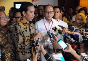 Presiden Jokowi didampingi Ketua Umum Kadin menjawab wartawan usai membuka Rapimnas Kadin, di Hotel Borobudur, Jakarta, Kamis (1/12) siang. (Foto: Rahmat/Humas)
