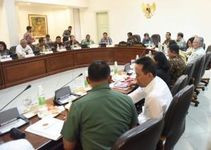 Presiden Jokowi didampingi Wapres Jusuf Kalla memimpin rapat terbatas Persiapan Natal dan Tahun Baru, di Kantor Presiden, Jakarta, Kamis (22/12) sore. (Foto: Rahmat/Humas)