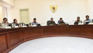 Presiden Jokowi didampingi Wapres Jusuf Kalla memimpin rapat terbatas Evaluasi keanggotaan Indonesia di organisasi-organisasi internasional, di Kantor Presiden, Jakarta, Kamis (22/12) siang. (Foto: Rahmat/Humas)