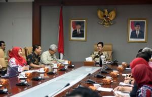Karo Renkeu Setkab Islachuddin memimpin rapat Pemaparan Kebijakan Perencanaan dan Penganggaran, di ruang rapat lantai 2 Gedung III Kemensetneg, Jakarta, Rabu (21/12) pagi. (Foto: JAY/Humas)