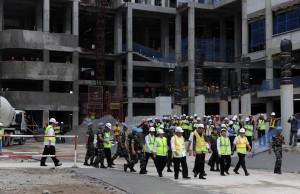 Seusai menyaksikan topping off, Presiden Jokowi meninjau pembangunan Wisma Atlet Asian Games 2018, di Kemayoran, Jakarta, Kamis (29/12) siang. (Foto: Rahmat/Humas)