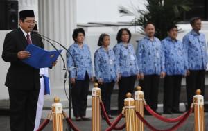 Sekretaris Kementerian PPPA Wahyu Hertomo saat memimpin upacara Peringatan Hari Ibu, di halaman parkir Kemensetneg, Jakarta, Kamis (22/12) pagi. (Foto: Rahmat/Humas)