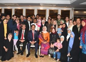 Presiden Jokowi dan Ibu Negara Iriana Joko Widodo berfoto bersama warga Indonesia, usai ramah tamah di Hotel Espinas Palace, Teheran, Rabu (14/12) malam. (Foto: BPMI Setpres)