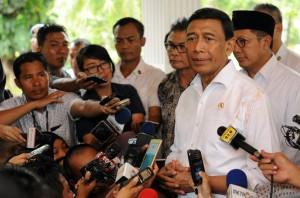 Menko Polhukam Wiranto menjawab wartawan usai mendampingi Presiden Jokowi melaksanakan salat Jumat, di Lapangan Monas, Jakarta, Jumat (22/12) siang. (Foto: Rahmat/Humas)