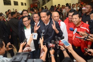 Presiden Jokowi didampingi Seskab Pramono Anung, memberi keterangan pers usai menonton pertandingan bola (3/12). (Foto: Humas/Oji)