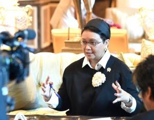 Menteri Luar Negeri Retno memberikan keterangan pers di lobby hotel Leela Palace Hotel, Senin (12/12) pagi waktu setempat. (Foto: BPMI/Rusman)