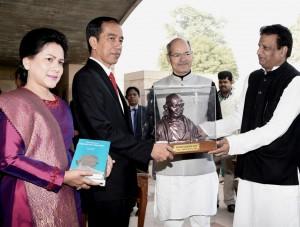 kenang-kenangan berupa patung, buku, dan salinan tulisan Mahatma Gandhi, Senin (12/12) pagi waktu setempat. (Foto: BPMI/Rusman)