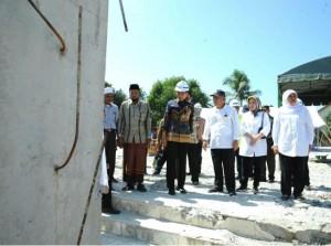 Presiden Jokowi dan rombongan kembali meninjau Masjid Besar At-Taqarrub di Aceh, Kamis (15/12). (Foto: BPMI/Kris)