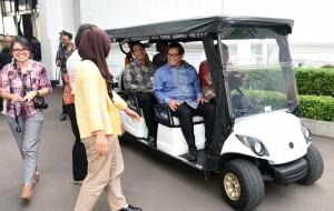 Seskab Pramono Anung menjawab pertanyaan usai ratas di Kantor Presiden, Jumat (16/12). (Foto: Humas/Jay)