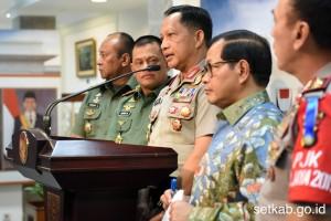 Kapolri memberi keterangan pers bersama Seskab Pramono Anung dan Panglima TNI Gatot Nurmantyo, Kamis (22/12). (Foto: Humas/Rahmat)