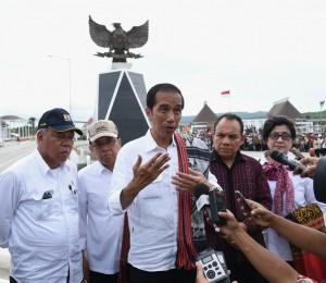Presiden Jokowi menjawab pertanyaan wartawan di sela kunjungan kerja di NTT, Rabu (28/12) siang. (Foto: BPMI)