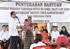 Presiden Jokowi meninjau Pemberian Makanan Tambahan di NTT, Rabu (28/12). (Foto: BPMI)