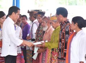 Presiden kepada penerima sertifikat, di Lapangan Sepakbola Desa Silawan, Kabupaten Belu, NTT, Rabu (28/12) siang.