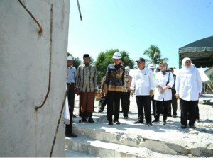President Jokowi and Ministers of the Working Cabinet visit At-Taqarrub Great Mosque in Pidie Jaya, Aceh, Thursday(15/12). (Photo by: Bureau of Press and Media/Kris)