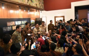 President Jokowi, accompanied by Minister of Finance, Cabinet Secretary, as well as the Governor of Bank Indonesia, is responding to the journalists' questions at the Building of Bank Indonesia, on Monday (19/12) (Picture: Public Relations Office/Jay)