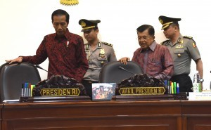 President Jokowi and Vice President Jusuf Kalla before leading a limited cabinet meeting at the Presidential Office, Jakarta, Tuesday (10/1) (Photo: Public Relations Division/Jay)