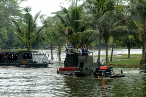 Presiden Jokowi didampingi Panglima TNI, Kepala Staf TNI, dan Kapolri naik kendaraan Amphibi Anosa, menuju lokasi Rapim TNI 2017, di Mabes TNI Cilangkap, Jakartra, Senin (16/1) pagi. (Foto: Oji/Humas)