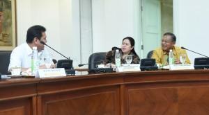 Menteri PANRB Asman Abnur berbincang dengan Menko PMK Puan Maharani dan Menko Perekonomian Darmin Nasution, sebelum rapat terbatas di Kantor Presiden, Jakarta, Rabu (18/1) siang. (Foto: Deny S/Humas)