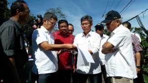 Menteri PUPR Basuki Hadimuljono memperhatikan maket pembangunan jalan pintas Bedugul-Buleleng, Sabtu (21/1) lalu