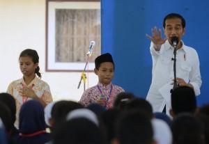 Presiden Jokowi berdialog dengan penerima KIP, di SMK Negeri 2 Pengasih, Kabupaten Kulonprogo, Jumat (27/1) siang. (Foto: Humas/Rahmat)