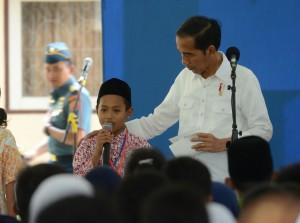 Presiden usai membagikan Kartu Indonesia Pintar di SMK Negeri 2 Pengasih, Kabupaten Kulon Progo, Daerah Istimewa Yogyakarta, Jumat (27/1) siang.