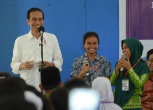 President Jokowi has a conversation with the recipients of KIP, at SMK Negeri 2 Pengasih, Kulonprogo Regency, on Friday (27/1) afternoon (Photo: Public Relations/Rahmat)