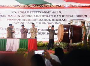 Wapres Jusuf Kalla memukul bedug tanda dimulainya pembangunan Masjid Agung Ar Ridwan, di kompleks Pondok Modern Darul Hikmah, di Kab. Tulungagung, Jatim, Senin (16/1) siang. (Foto: Anggun/Humas)