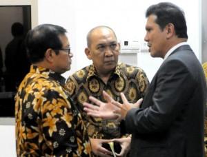 Seskab Pramono Anung didampingi Deputi Polhukam berbincang dengan Menteri PANRB Asman Abnur, sebelum rapat terbatas di Kantor Presiden, Jakarta, Selasa (17/1) siang. (Foto: Rahmat/Humas)