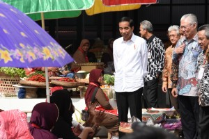 Presiden Jokowi berdialog dengan para pedagang, usai meresmikan Pasar Sambi, di Boyolali, Jateng, Senin (30/1) pagi. (Foto: Ozi/Humas)