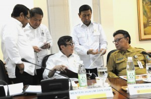 Coordinating Minister for Political, Legal, and Security Affairs Wiranto discusses with several ministers before a Limited Meeting on Tuesday (17/1), at the Presidential Office, Jakarta