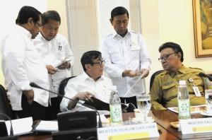 Menko Polhukam Wiranto berdiskusi dengan sejumlah menteri sebelum rapat terbatas, di Kantor Presiden, Jakarta, Selasa (17/1) siang. (Foto: Rahmat/Humas)