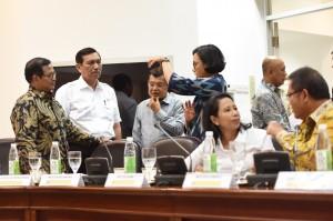 Wapres Jusuf Kalla terlibat dalam diskusi dengan Menko Kemaritiman, Menkeu, dan Seskab, sebelum rapat terbatas di Kantor Presiden, Jakarta, Selasa (24/1) sore. (Foto: JAY/Humas)