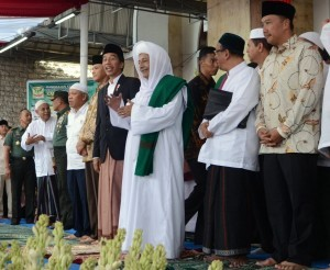 President Jokowi attends the celebration of the birthday of Prophet Muhammad PBUH (Mawlid an-Nabi) with M. Luthfi Bin Yahya, at Kanzus Sholawat Building, Pekalongan, Sunday (8/1). (Foto: Humas/Deni)