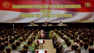 Presiden Jokowi bersilaturahmi dengan 2.617 jajaran TNI dan Polri se-Solo Raya, di Hotel Alila Solo, Jawa Tengah, Senin (30/1) sore. (Foto: Humas/Oji)