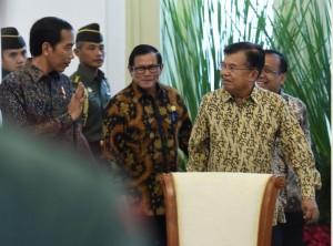 Presiden Jokowi didampingi Wakil Presiden, Mensesneg, dan Seskab memasuki ruang Sidang Kabinet Paripurna, di Istana Bogor, Jabar, Rabu (2/1) pagi. (Foto: JAY/Humas)