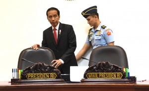 Presiden Jokowi sebelum memimpin rapat terbatas tentang Rencana Pendirian Bank Wakaf, di Kantor Presiden, Jakarta, Rabu (25/1) siang. (Foto: JAY/Humas)