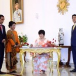 President Jokowi, accompanied by Ibu Iriana Jokowi and Japanese Prime Minister Shinzo Abe, witnessed Mrs. Akie Abe signed the guest book, at the Presidential Palace in Bogor, West Java, on Sunday (15/1) afternoon. (Photo: PR/Agung)