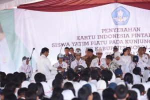 Presiden Jokowi secara simbolis menyerahkan KIP kepada para siswa dari sejumlah daerah di Jateng, di SMKN 1 Mojosongo, Boyolali, Senin (30/9) siang. (Foto: OZI/Humas)