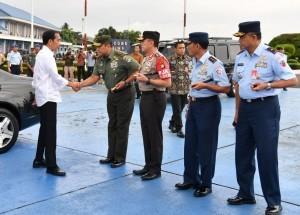 President Jokowi shakes hand with Jakarta Military Commander and Jakarta Police Chief before heading to Yogyakarta on Friday (27/1), at Halim Perdanakusuma Airport, Jakarta