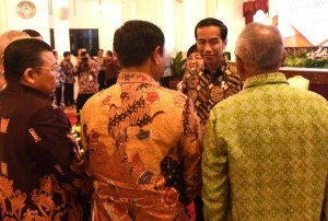 President Jokowi converses with the participants of the 2017 National Coordination Meeting on Land and Forest Fire Control, at the State Palace, Jakarta, Monday (23/1) morning. (Photo: PR/Rahmat)
